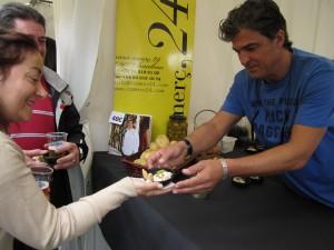 Carlos Abellán con su Ensaladilla Rusa. Foto: Raúl Casañas