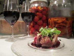 Pechuga de pato con reducción de vino y manzana ácida. Foto: Raúl Casañas