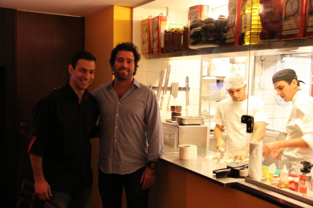 Felipe y Fernando en la cocina del Venga. Foto: Raúl Casañas