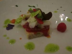 con mermelada con tomate, julianas de piquillo, bacalao confitado y alioli de albahaca